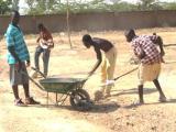 Les jeunes aménagent leur terrain