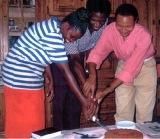 Partage d'un gâteau avec des jeunes